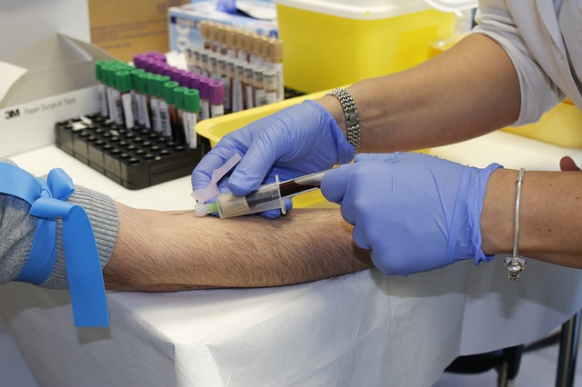 Phlebotomist working in a lab.